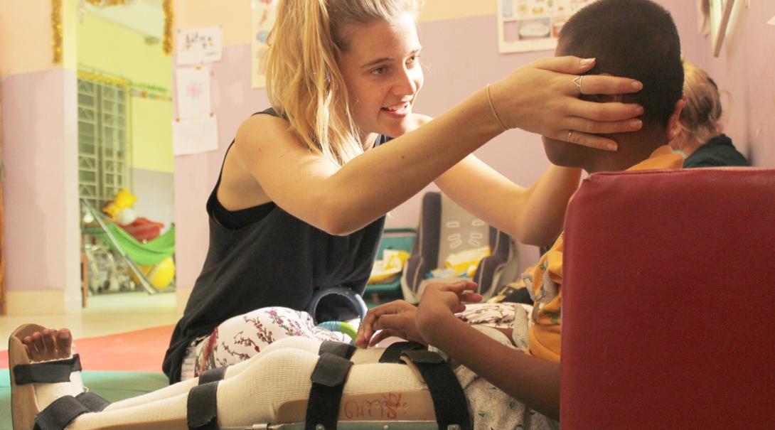 カンボジアの理学療法を必要とする小児患者をケアするインターン